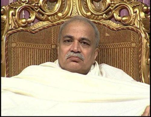 Segnender Geschäftsmann - Falscher Guru Nirmal Baba - 16 Apr 12
