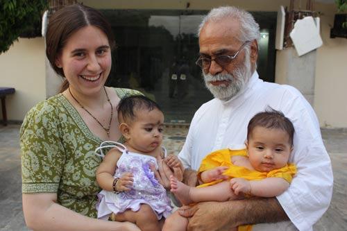 Apra und ihre große, große Familie - Spaß auf jedermanns Arm - 3 Mai 12