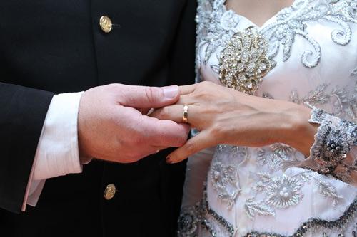 Eine kostenlose spirituelle Hochzeit - doch nur mit teurer Kleidung aus dem Laden des Gurus - 9 Jun 13