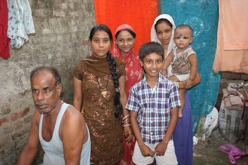 Sechs Erwachsene und zwei Kinder in zwei Zimmern im Überflutungsgebiet – Our School Children – 30 Aug 13
