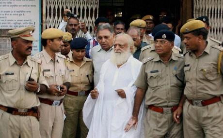 Asaram Bapu wird der sexuellen Belästigung einer Minderjährigen beschuldigt! – 2 Sep 13