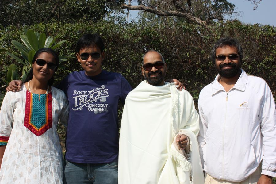 Paar in den Flitterwochen und Blogleser - ein schönes Treffen im Ashram - 10 Feb 14