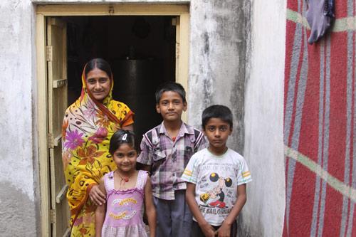 Ein Priester, eine Lehrerin und kein Geld zuhause - Unsere Schulkinder - 18 Jul 14