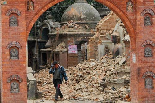 'Gott macht nur seine Arbeit' - Religiöse Gläubige erklären Nepals Erdbeben - 28 Apr 15