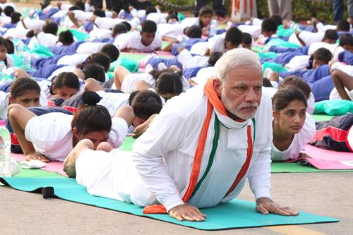 Internationaler Yoga Tag in Indien - Matten aus China und Geld für Yoga-Magnate - 21 Jun 15