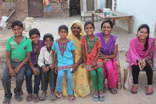 17- und 15-jährige Bräute sind die ältesten von sieben Kindern - Unsere Schulkinder - 10 Jul 15