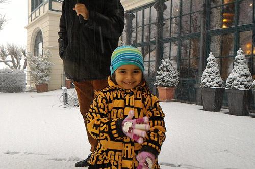 Apra genießt den ersten Schnee ihres Lebens in Deutschland - 23 Nov 15