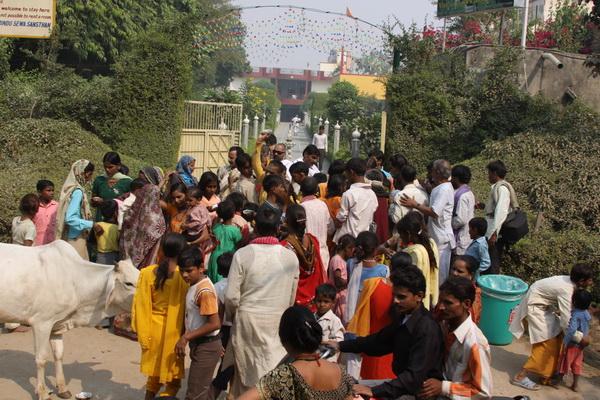 Pilger-Tag in Vrindavan - Verteilen von Kartoffeln und Tattoos auf der Straße - 29 Okt 09