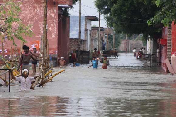 Kostenlose Untersuchung für Flutopfer an Radhashtami - 15 Sep 10