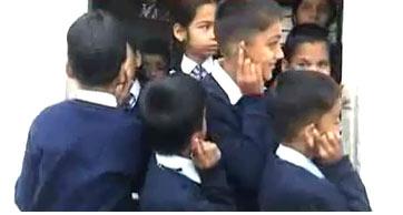 Grausamer Lehrer ritzt Ohren von Schülern mit Rasierklinge an - 17 Feb 11