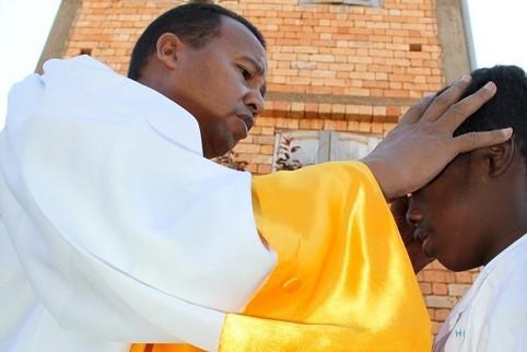 Religiöser Guru Andre Mailhol zieht armen Menschen Geld aus der Tasche - 15 Aug 11