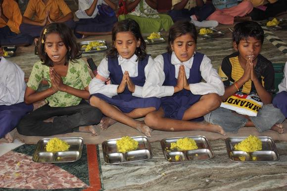 Sekte Adhyatmik Ishwariya Vishwa Vidyalaya der Entführung minderjähriger Mädchen beschuldigt – 8 Sep 11