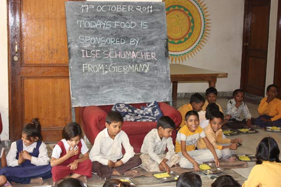 Arbeitslose Büroangestellte werden in Vrindavan zu Priestern - 17 Okt 11
