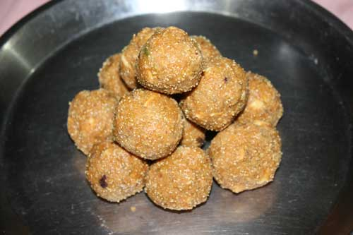 Besan Laddu - Sweet Balls made of Chickpea Flour with Nuts - 24 Dec 11